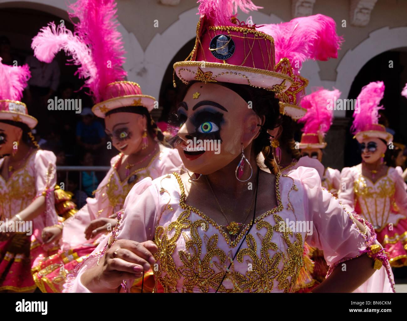 Los participantes en el carnaval de Oruro . Las mujeres con máscaras y  bowler sombreros con 3cef5cca575