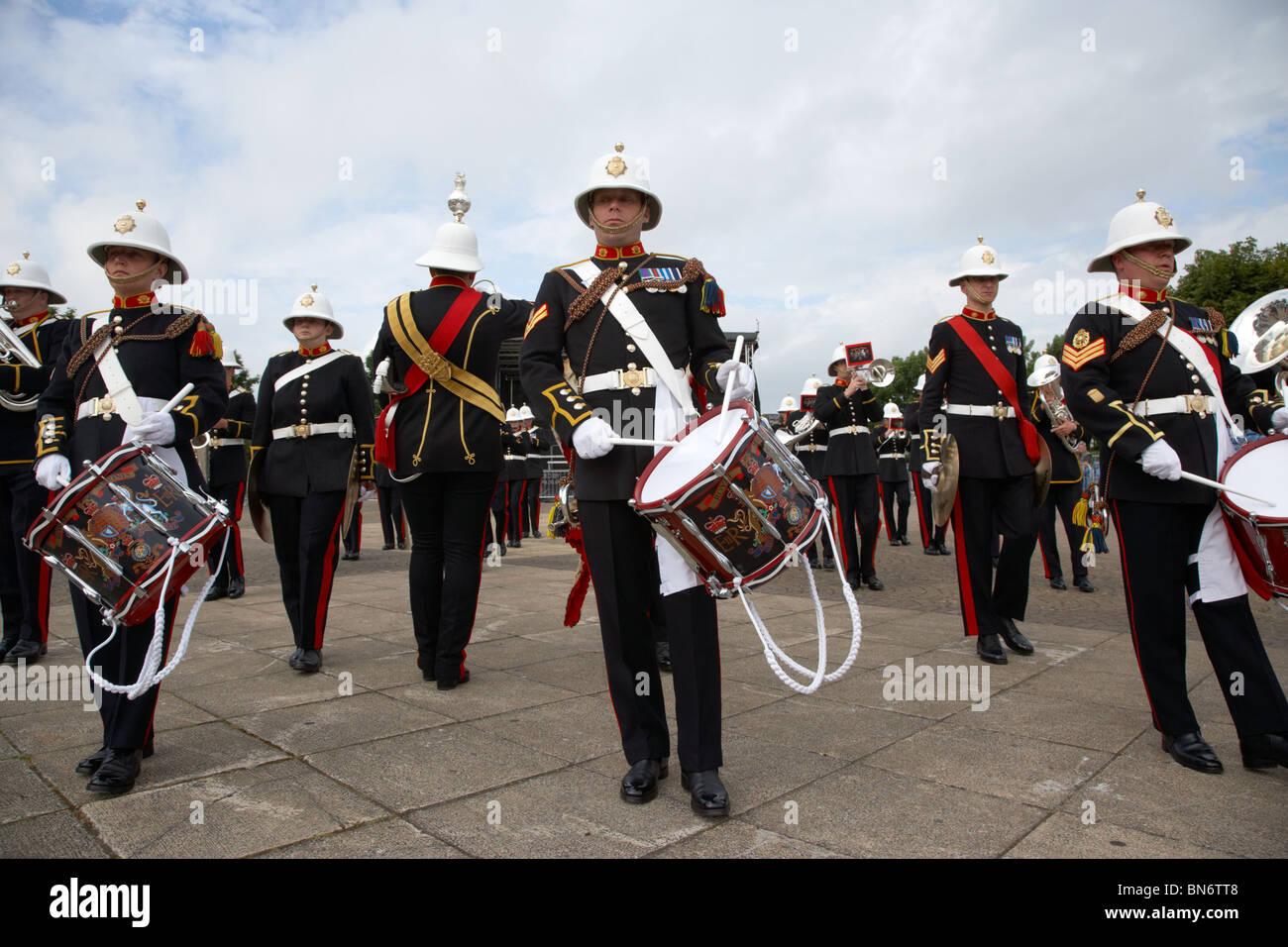 Corneta y el baterista de la banda de HM Royal Marines Escocia en el día de las Fuerzas Armadas de 2010 en Bangor, Foto de stock