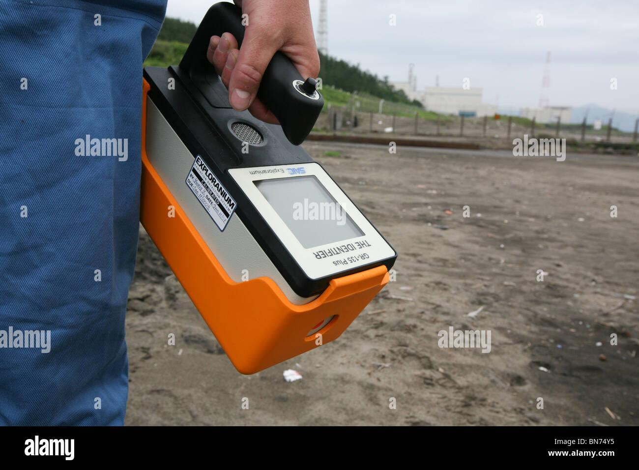 Control de la contaminación nuclear, con un contador Geiger, en la ...