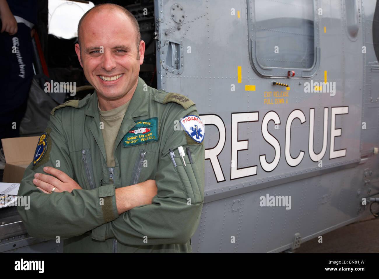 Suboficiales Marcus Wiggy Wigfull paramédico y operativos de búsqueda y rescate en la Royal Navy Rescue Westland Sea King Foto de stock