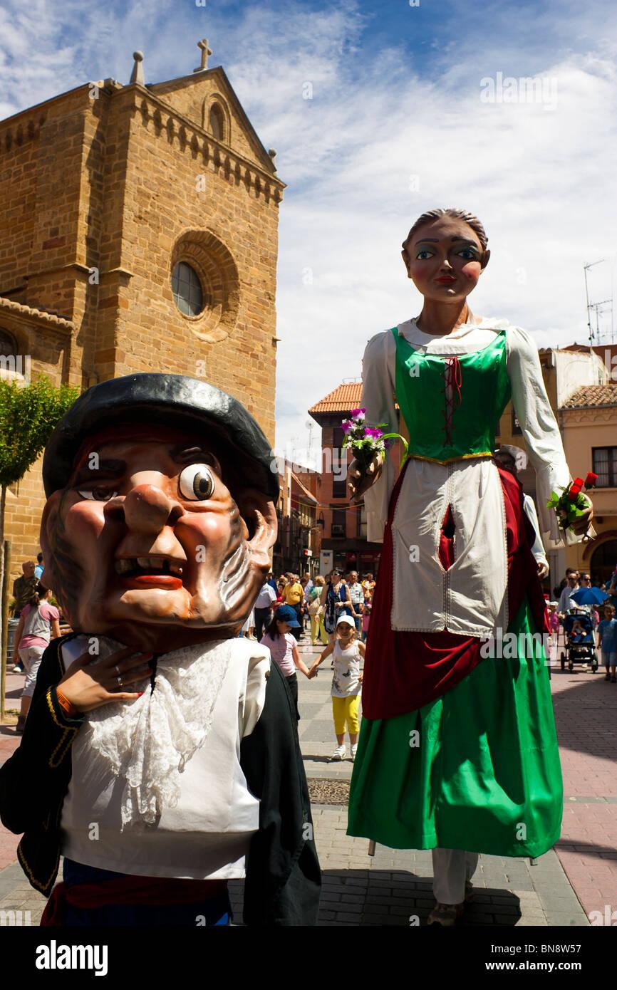 Desfile de las grandes marionetas. Benavente, España. Foto de stock