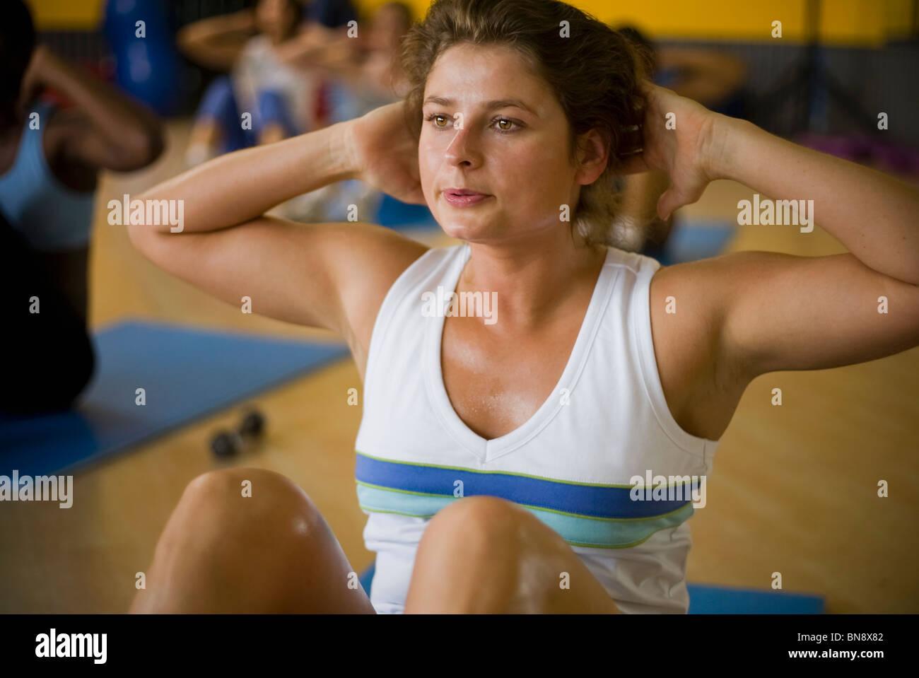 Mujer el ejercicio en el club de la salud Foto de stock