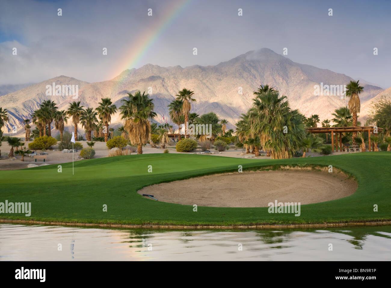 Un arco iris en el Springs en Borrego RV Resort and Golf, Borrego Springs, California. Foto de stock
