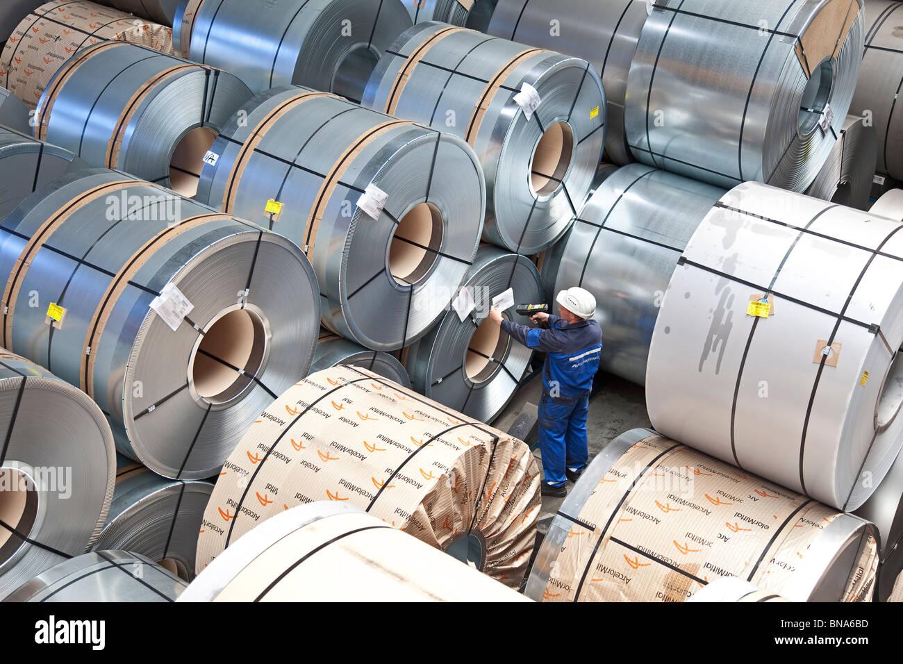 ArcelorMittal: la producción de bobinas de acero; almacenamiento de bobinas de acero completo listo para envío Imagen De Stock