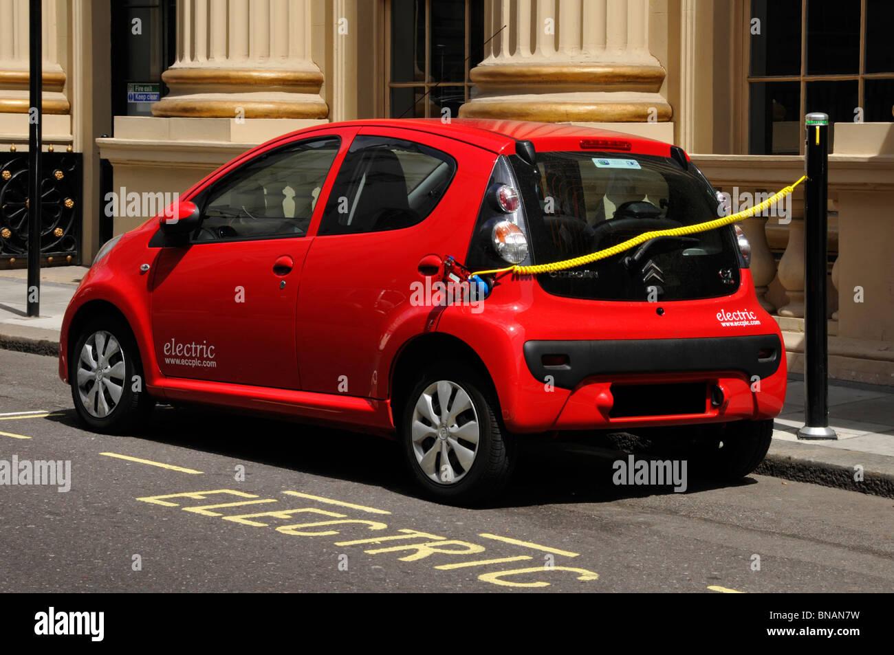 La contaminación del aire y las cuestiones del medio ambiente puede hacer que un coche eléctrico la recarga Imagen De Stock