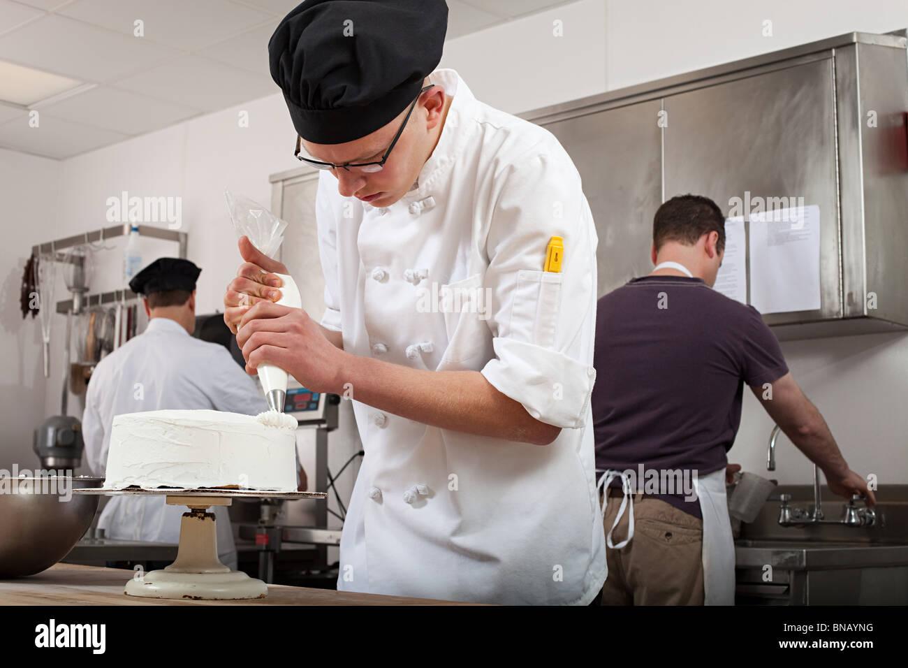 Hacer la torta en cocina comercial Imagen De Stock