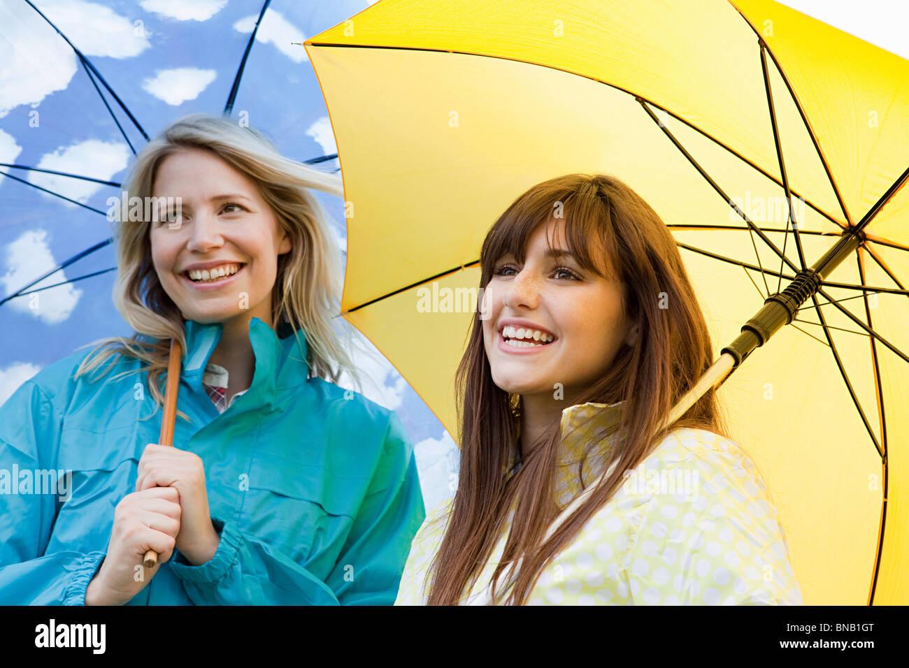 Dos mujeres jóvenes con sombrillas Imagen De Stock