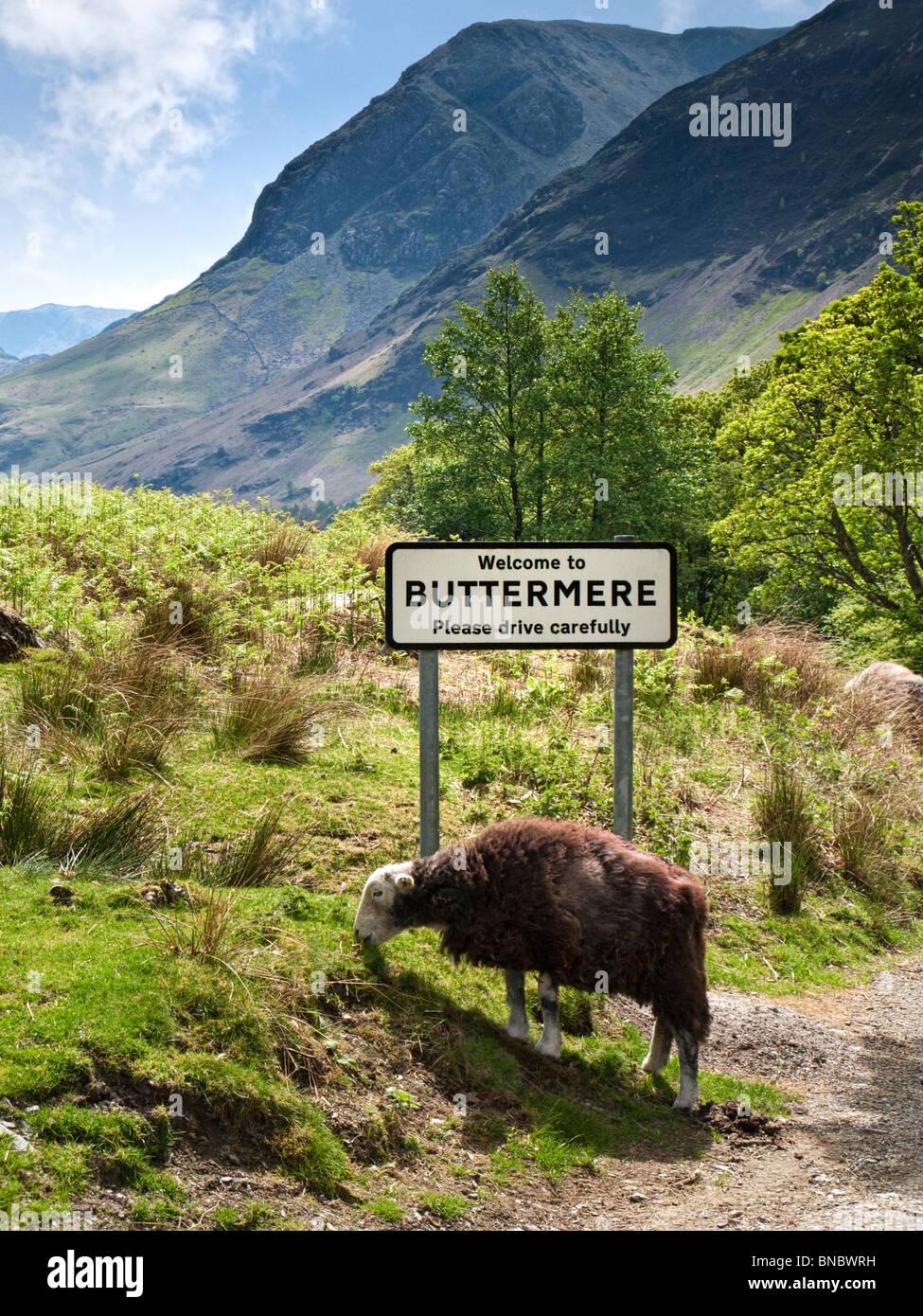 Buttermere, Lake District, RU con village road sign Imagen De Stock
