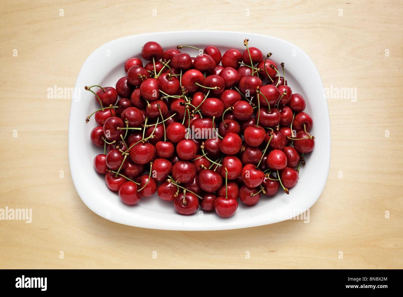 Placa con cerezas dulces Foto de stock