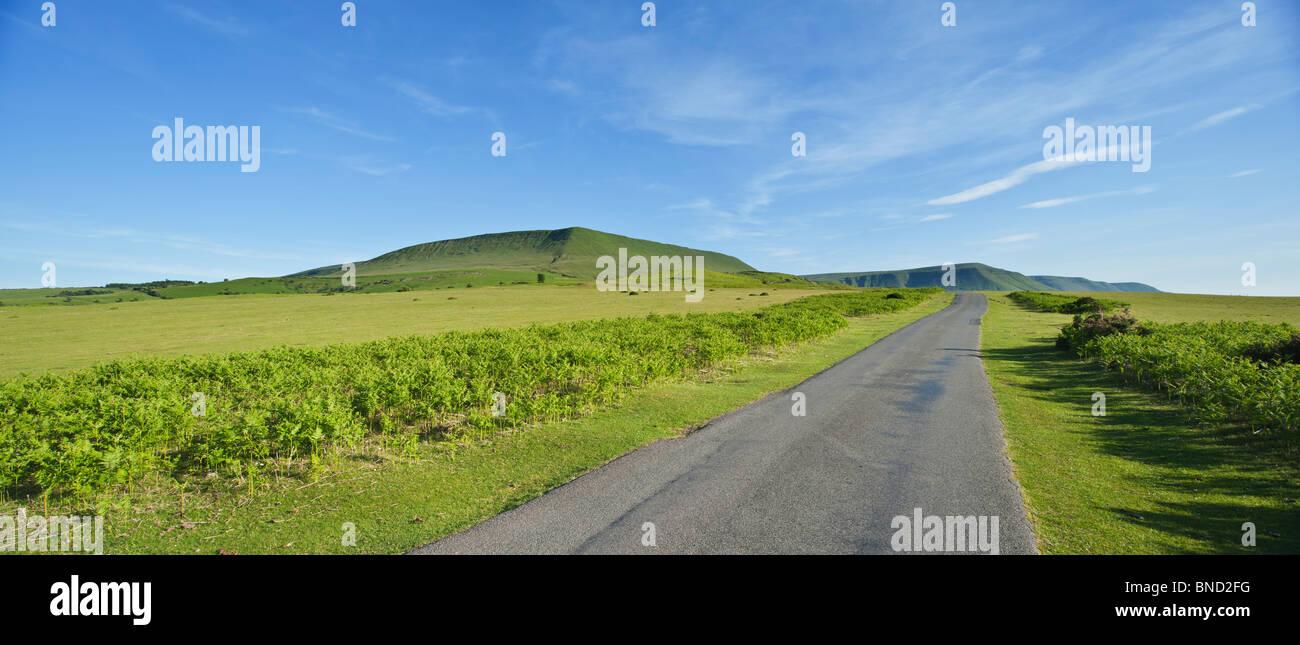 Bluff Road con HENO HENO Bluff en la distancia, la Montaña Negra, cerca de heno-on-Wye, Powys, Gales Foto de stock