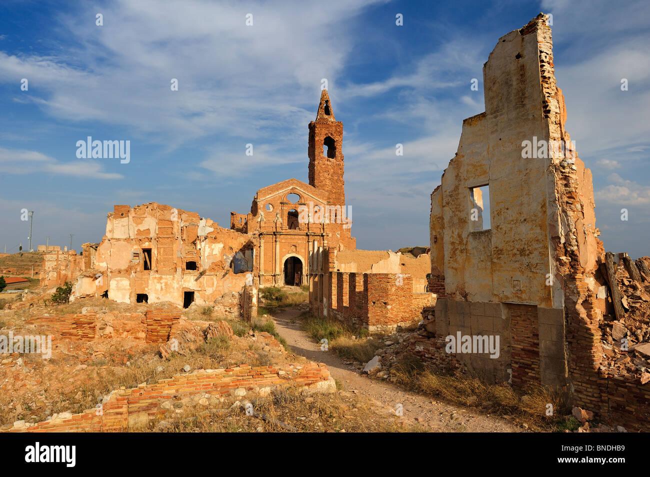 Ruinas de la Iglesia de San Martín en el Pueblo Viejo de Belchite (ciudad antigua de Belchite). Foto de stock