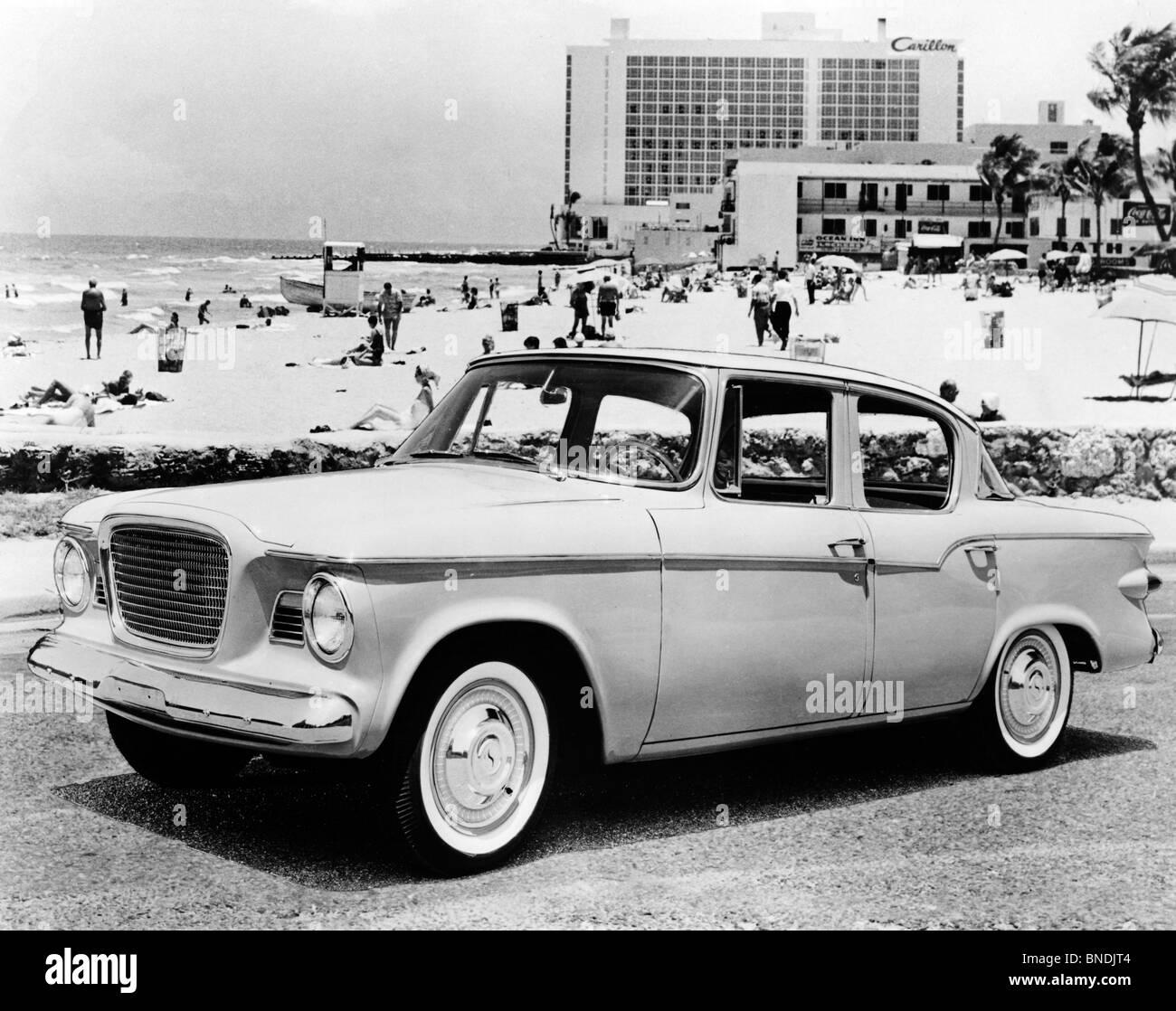 Vintage coche aparcado en la carretera, Studebaker Lark, 1959 Imagen De Stock