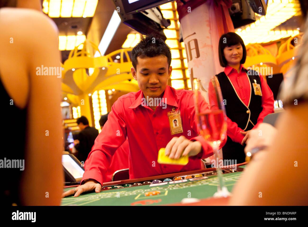 Un Crupier Ofertas Como Modelos Jugar Tres Imagenes En Una Tabla En El Ladies Club En El Casino De Resorts World Sentosa En Singapur