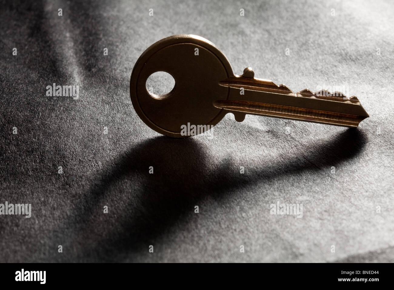 Llave de Casa Dorada con fondo negro Foto de stock