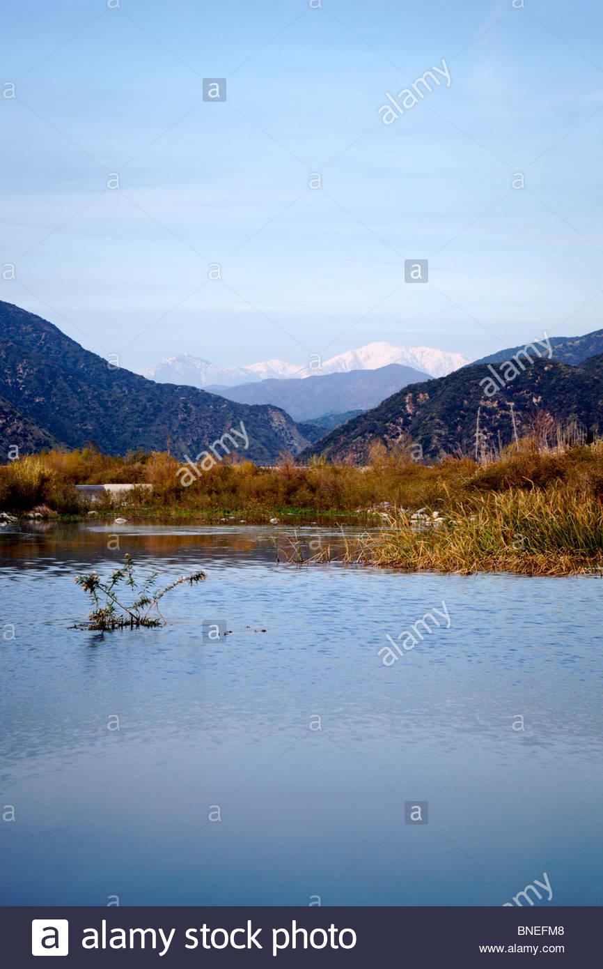 Monte Baldy reflejo en el agua del río San Gabriel, el condado de Los Angeles, California Imagen De Stock