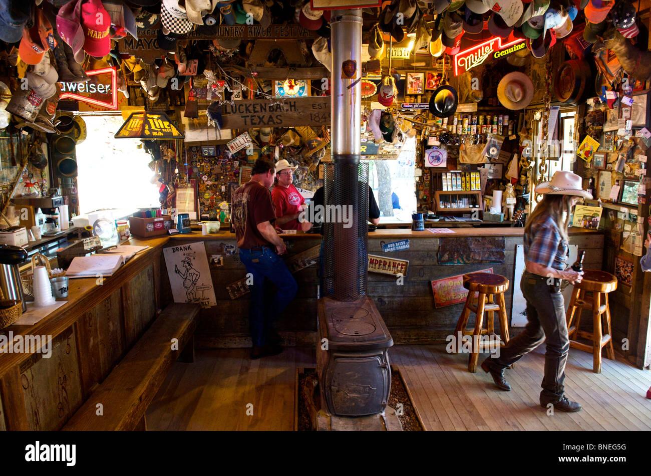 Los visitantes del bar Luckenbach, Texas Hill Country, América del Norte, EE.UU. Foto de stock