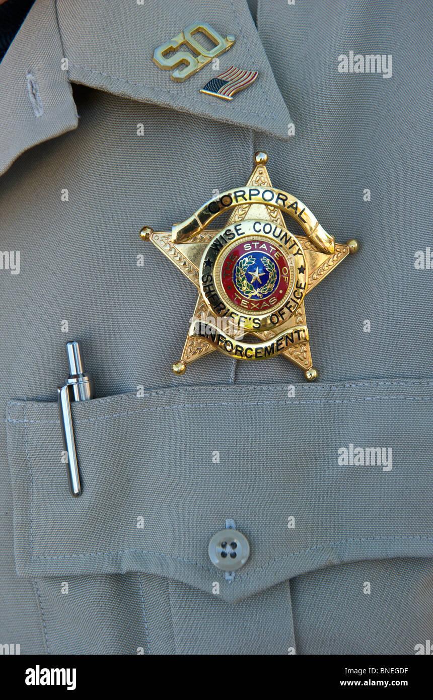 Sujete la insignia en el uniforme de los corporales, que significa su posición oficial en EE.UU. Foto de stock