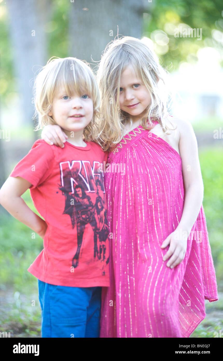 Retrato de la hermana y el hermano menor en Texas, EE.UU. Foto de stock