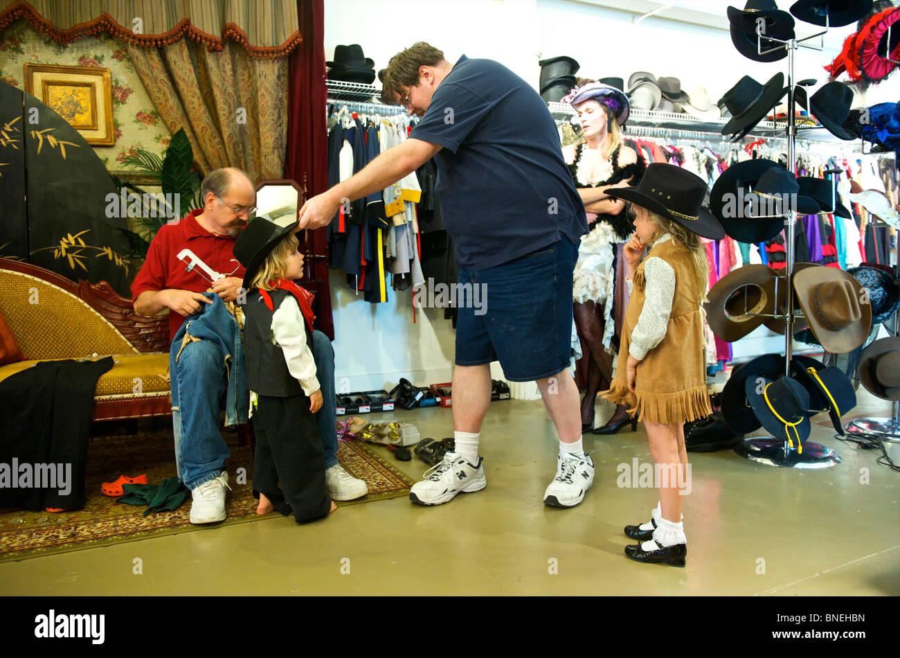 La familia turística preparándose en ropa de estilo occidental en Wildwest para fotos en Galveston, EE.UU. Foto de stock