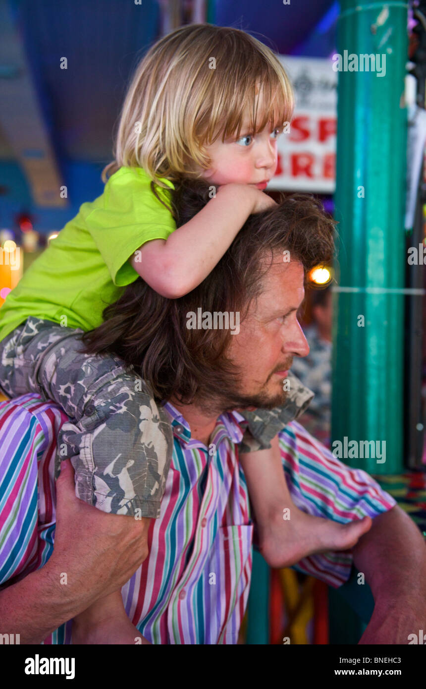 El padre con el hijo de tres años sobre sus hombros, Texas, EE.UU. Foto de stock