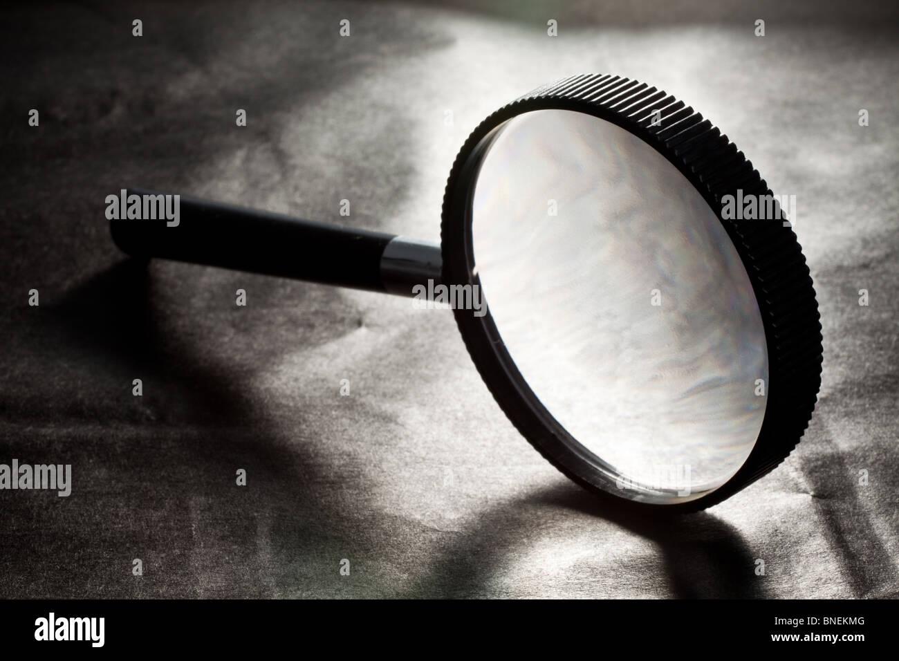 Lupa sobre fondo negro Imagen De Stock