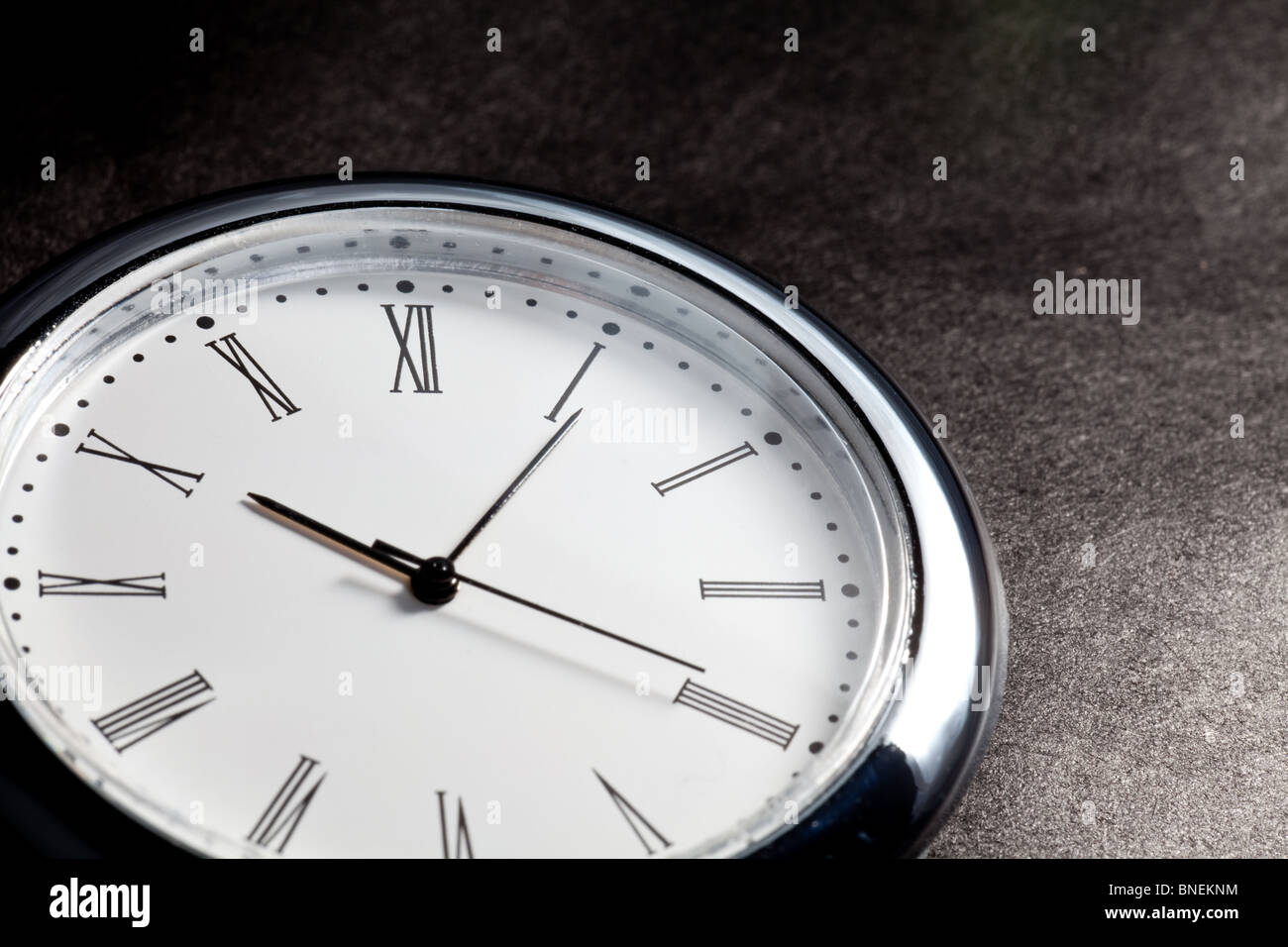 Cerca del reloj con fondo oscuro Imagen De Stock