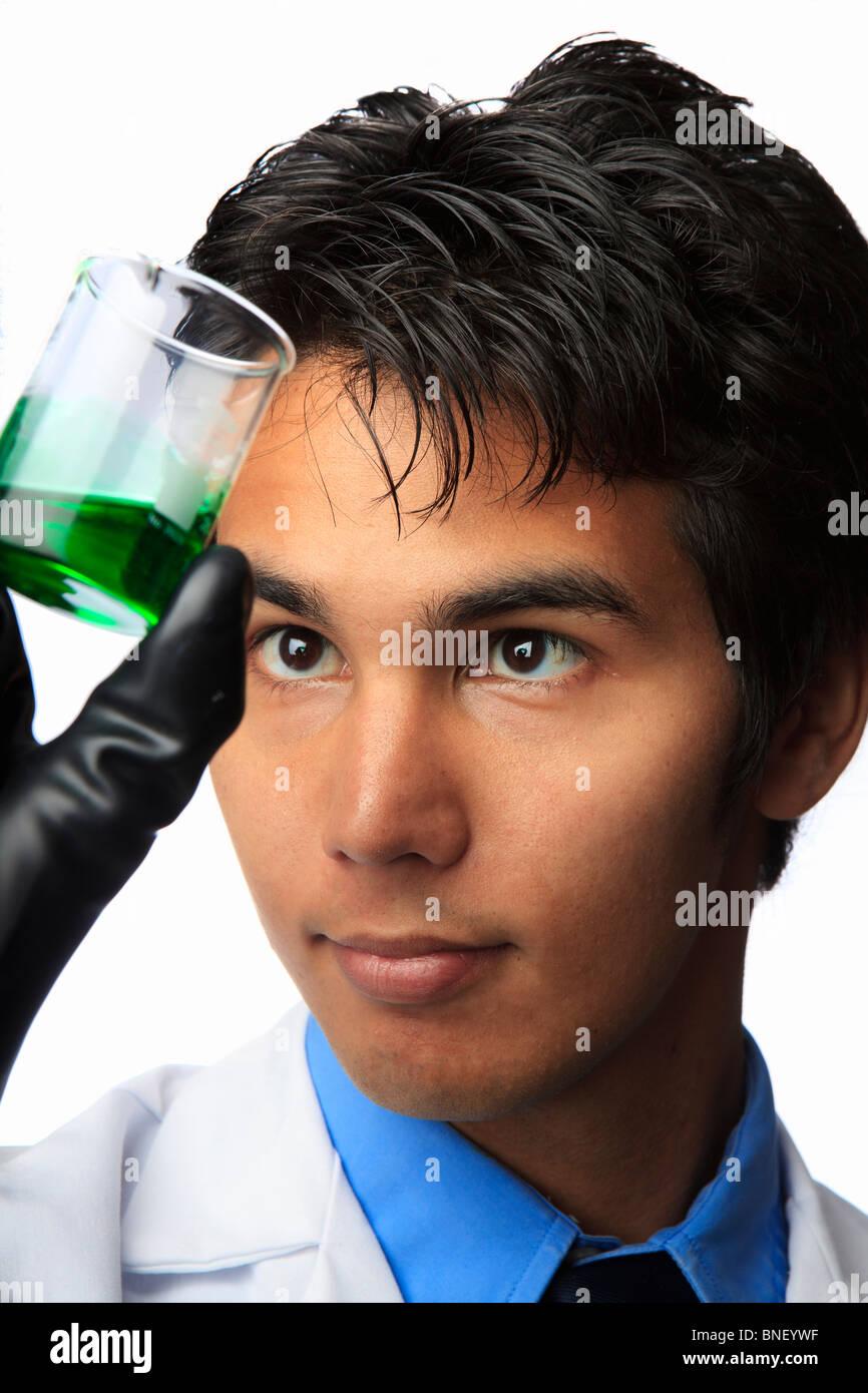 Técnico de laboratorio sosteniendo un frasco con un líquido en el interior Imagen De Stock