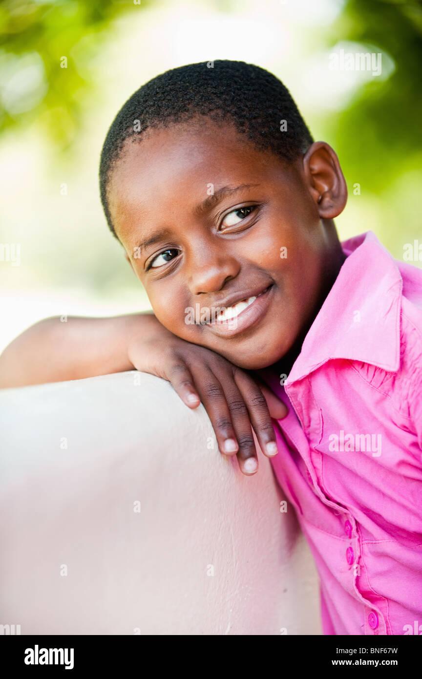 Chica (8-9) inclinarse afuera, Johannesburgo, en la provincia de Gauteng, Sudáfrica Imagen De Stock