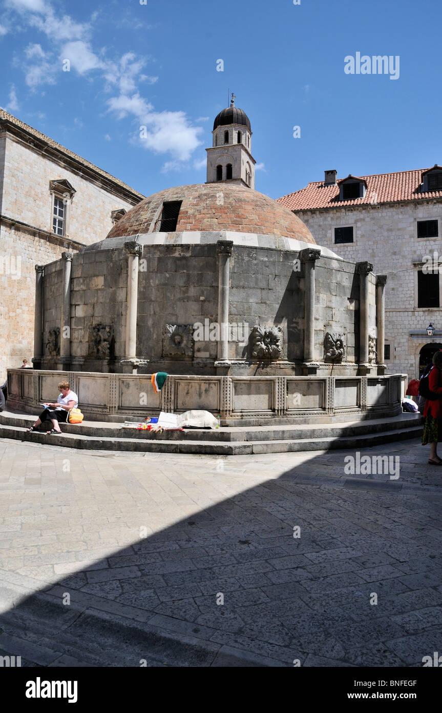 La cúpula de ladrillo rojo y forma poligonal del16 caras grandes Onofrio de la fuente que suministra agua potable en Dubrovnik. Foto de stock