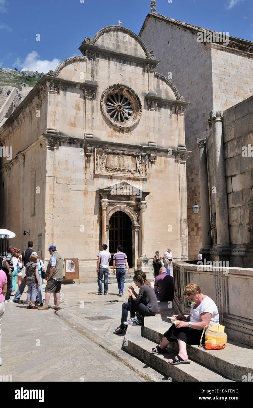 La impresionante fachada de la Iglesia de San Salvador, que está situado en frente del Big Onofrio de Trevi, Dubrovnik Foto de stock