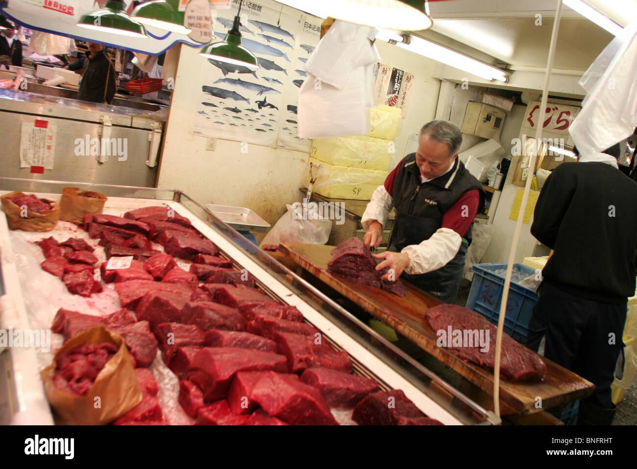 La carne de ballena a la venta en el mercado mayorista de pescado de Tsukiji, el mayor mercado de pescado en el mundo, en Tokio, Japón Foto de stock