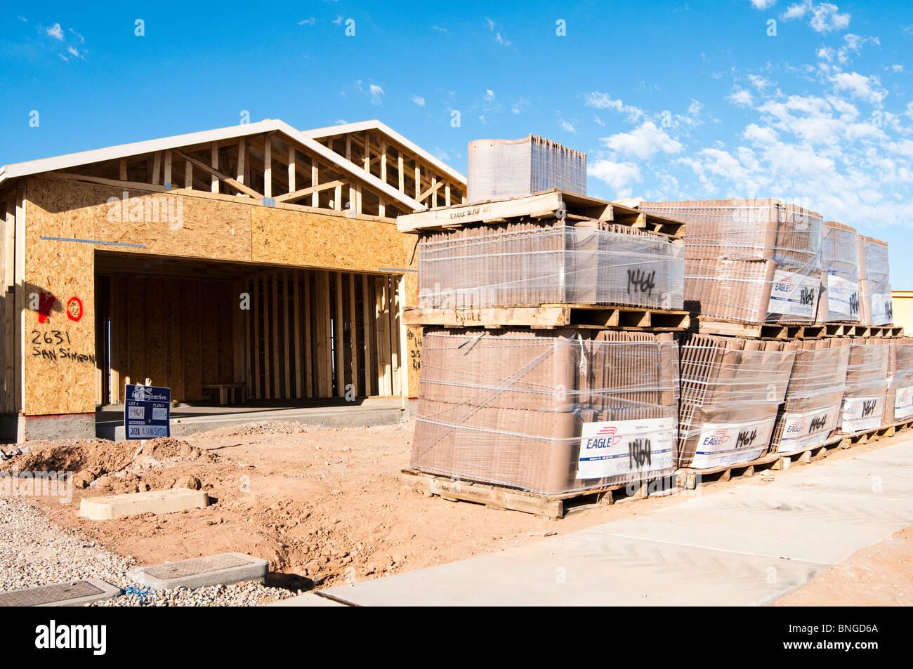 Las tejas están apilados en el sitio de construcción de un nuevo ...
