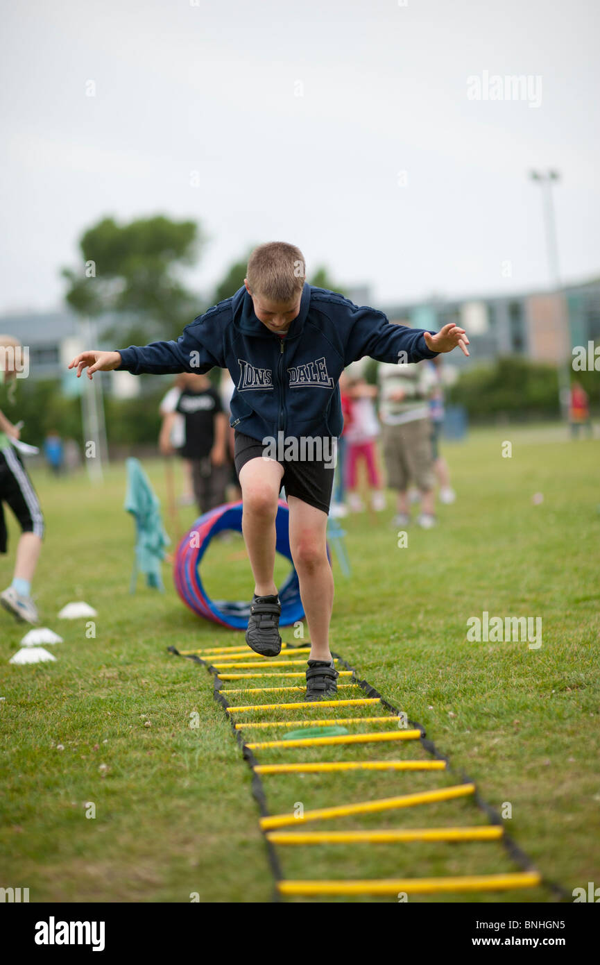 Un chico de escuela primaria en la jornada deportiva. UK Imagen De Stock
