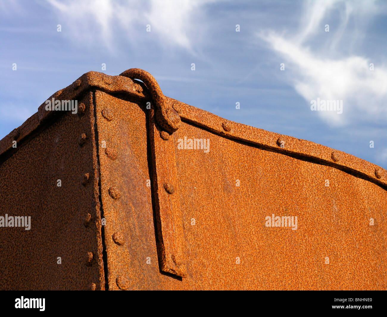 Suecia metal box roto rusty rust inútil pérdida desperdiciar la corrosión coast blue sky Escandinavia Foto de stock