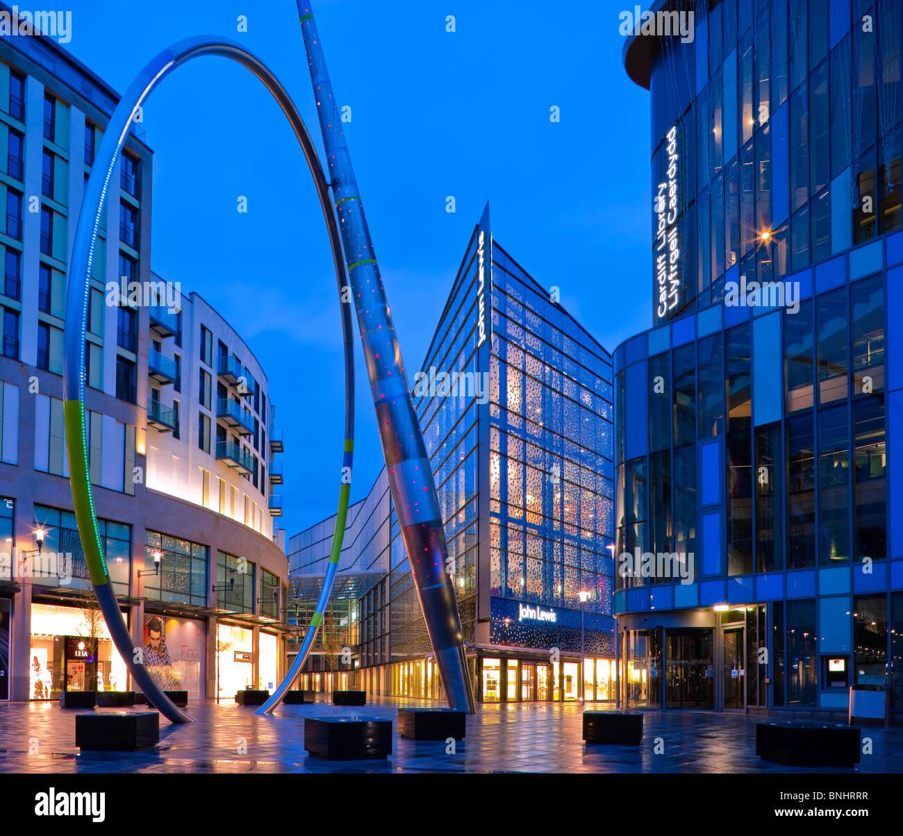 Almacenes John Lewis Shopping Center y la Biblioteca Central de Cardiff Gales en penumbra Imagen De Stock