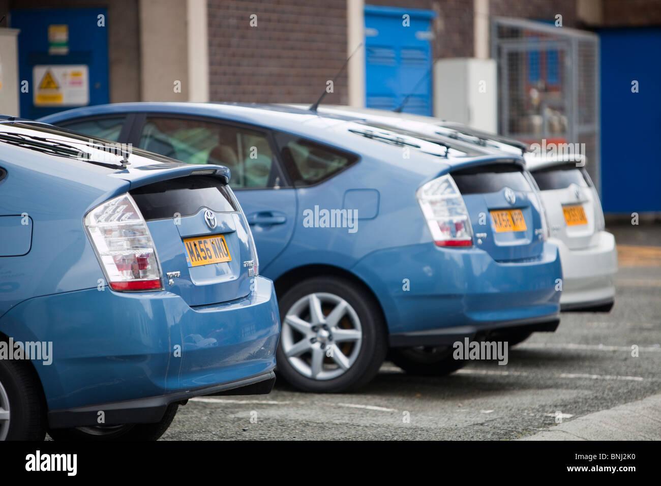 Tres Toyota Hybrid Synergy Drive coches eléctricos en los terrenos de la Universidad de Bangor, en el norte Imagen De Stock