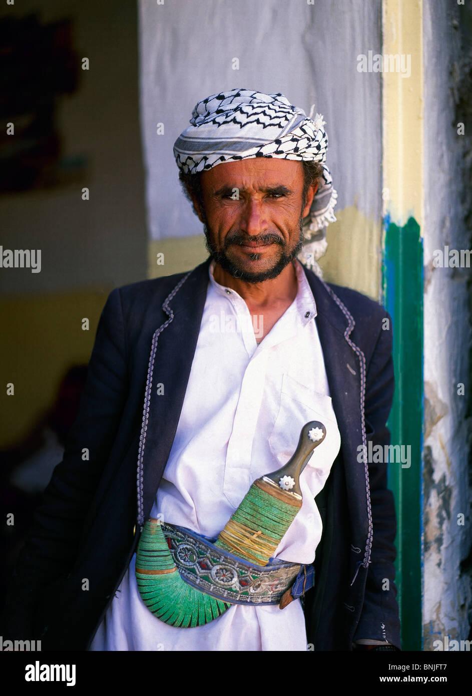 Febrero de 2005 Yemen Sanaa ciudad hombre Local con daga Jambiya retrato hombre persona tradicional Imagen De Stock