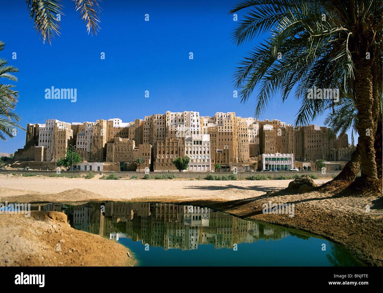Febrero de 2005 el valle de Hadhramaut Yemen Shibam ciudad patrimonio mundial de la UNESCO el agua palmeras Imagen De Stock