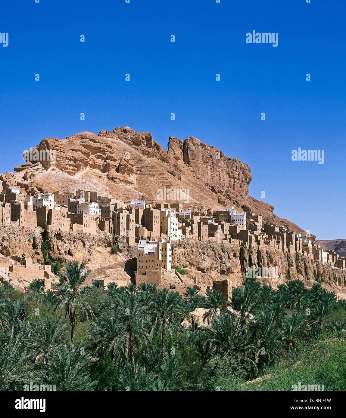 Valle de Hadhramaut Yemen de febrero de 2005 cerca de la ciudad de Shibam palmeras mountain Imagen De Stock
