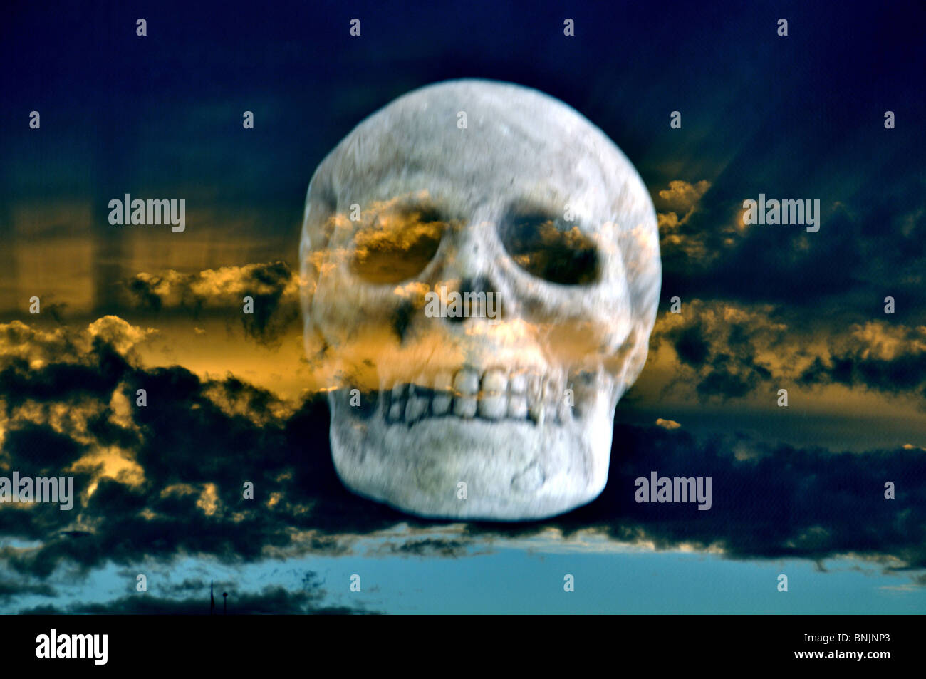 Advertencia de tormenta nubes Skull muerte peligroso concepto cabeza moribundo apocalipsis Foto de stock