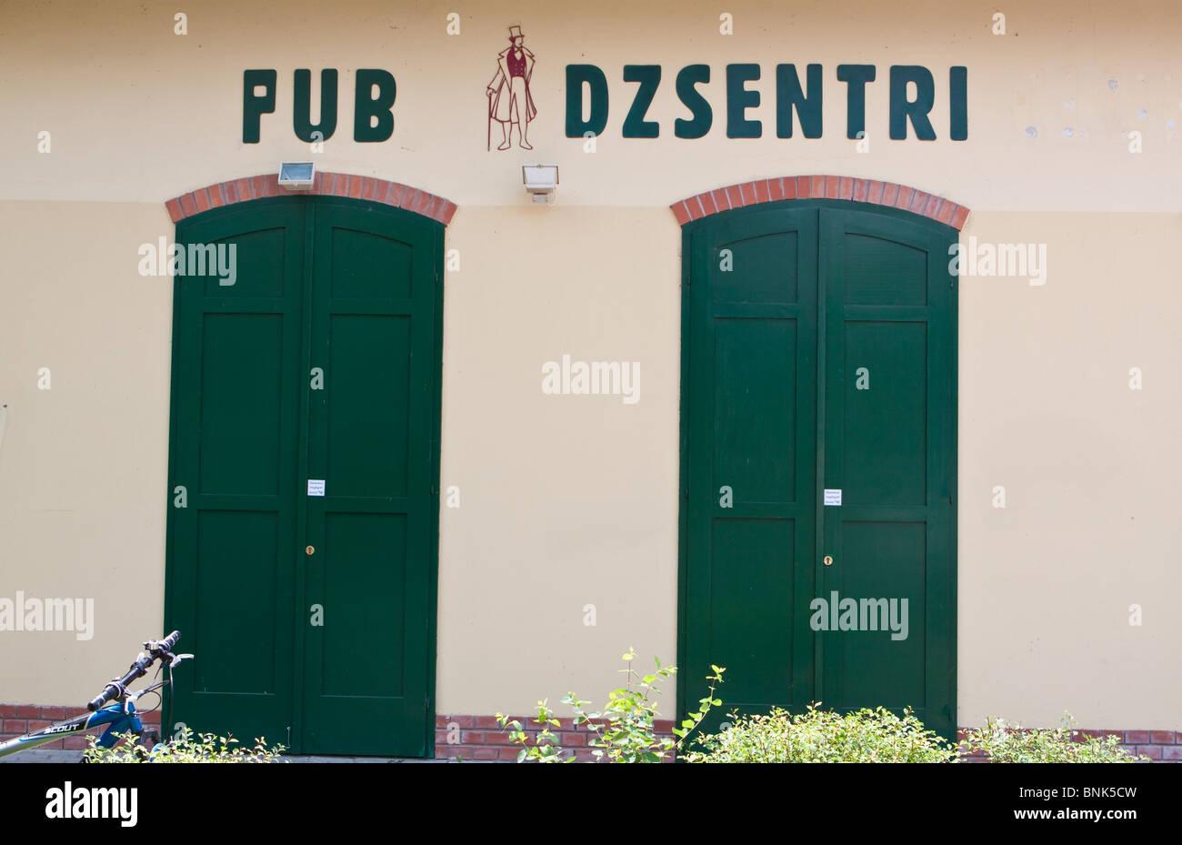 Nombre Pub humorístico en Siofok, en la costa del Lago Balaton, Hungría Imagen De Stock