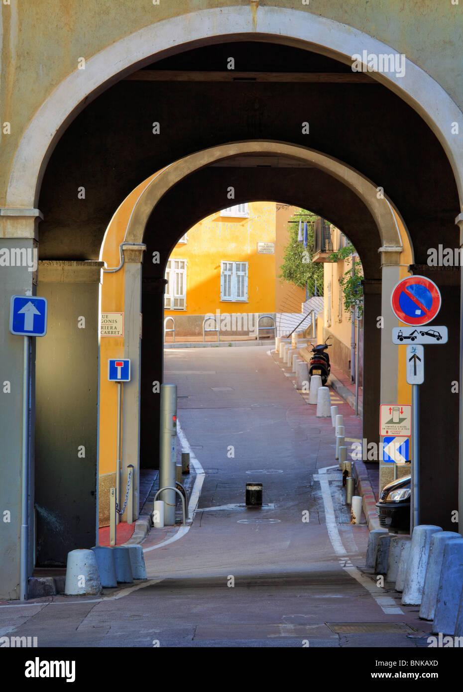 Escena callejera en la Vieille Ville (ciudad vieja) parte de Niza en la Riviera Francesa (Cote d'Azur) Imagen De Stock