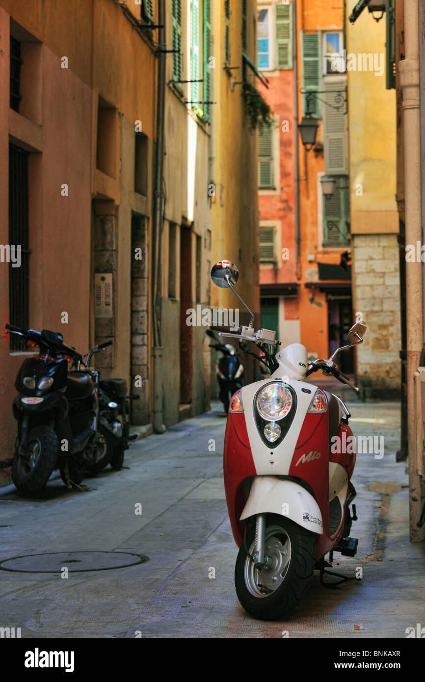 Vespa scooter en la Vieille Ville (ciudad vieja) parte de Niza en la Riviera Francesa (Cote d'Azur) Imagen De Stock