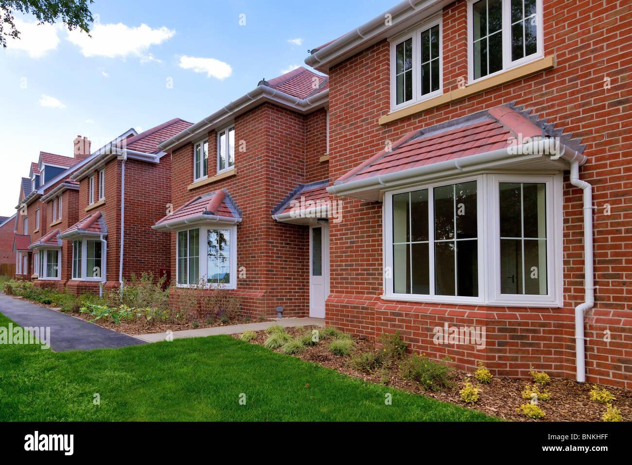 Foto de una fila de nuevo casas vacías para la venta en una urbanización. Imagen De Stock