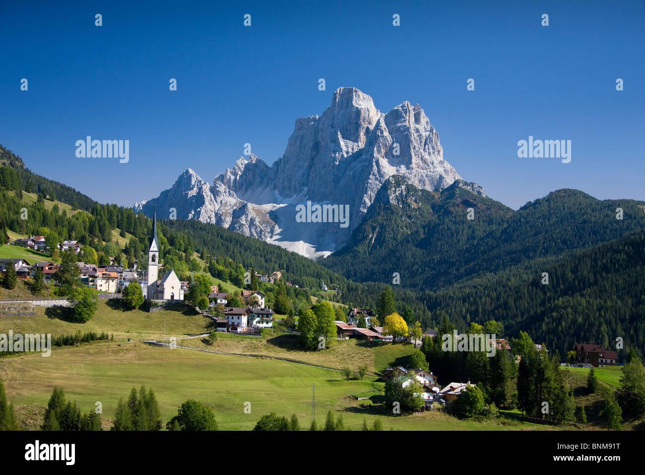 Italia Alpes Dolomitas Veneto Cadore hill wood forest meadows Pelmo holidays travel, Foto de stock