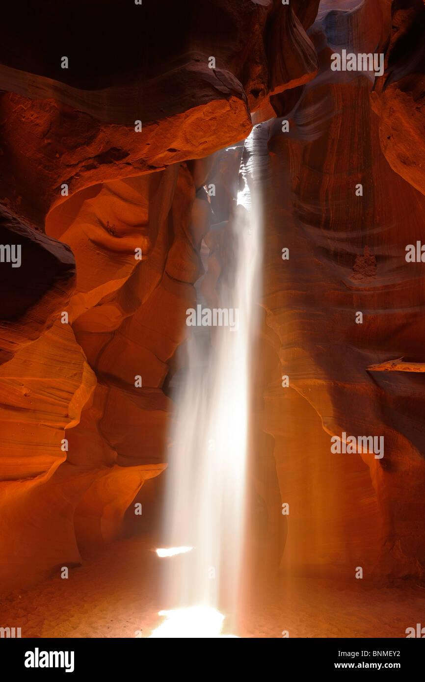 Los ejes de doble iluminación, Upper Antelope Canyon, Page, Arizona, EE.UU.. Imagen De Stock