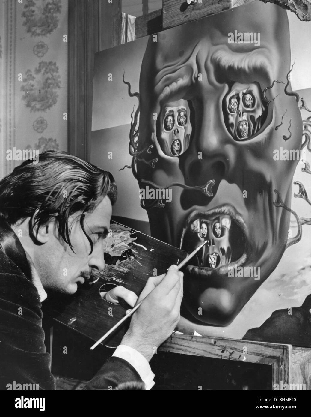 SALVADOR DALÍ (1984-1989), artista español trabajando en su pintura de la cara de la guerra en los EE.UU. en 1940 Foto de stock