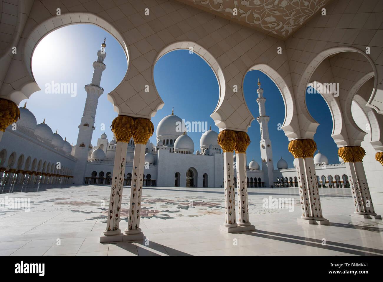 Mezquita Sheikh Zayed domos rook minarete de la mezquita Islam religión columnas Abu Dhabi EMIRATOS ARABES Imagen De Stock