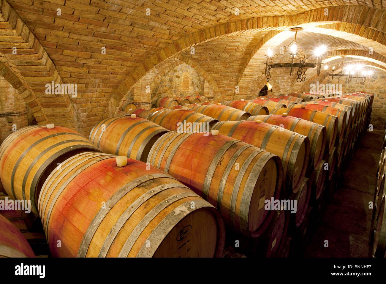El envejecimiento en barricas de vino en bodega. Castello di Amerorosa. Napa Valley, California. Salió de la Imagen De Stock