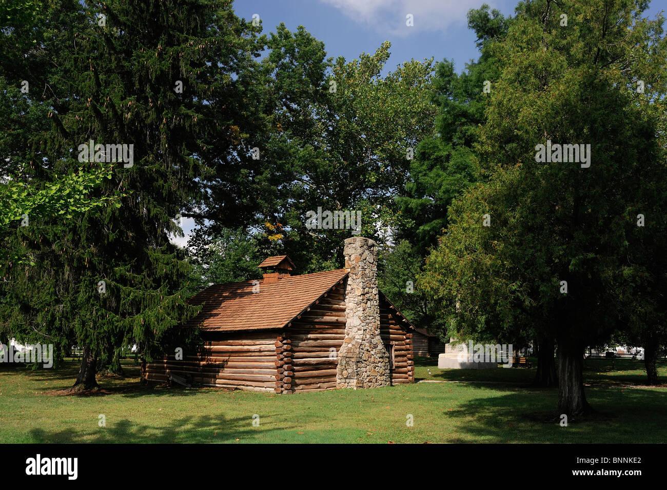 Log Cabin house el sitio de matanza Gnadenhutten Gnadenhutten Ohio EE.UU Estados Unidos de América tree Foto de stock